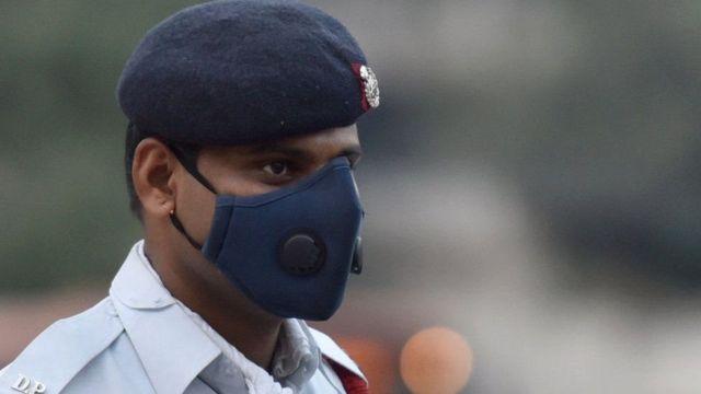 પ્રદૂષણથી બચવા માસ્ક પહેરી ઉભેલા જવાનની તસવીર
