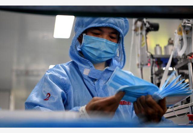中国医用防护用品生产企业赶制口罩等医用产品