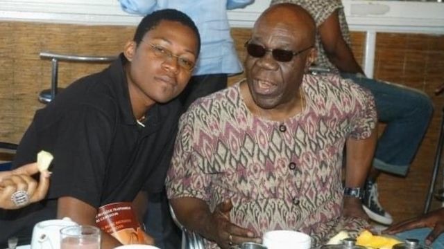 Manu Dibango et Alain Oyono en train de prendre le petit-déjeuner