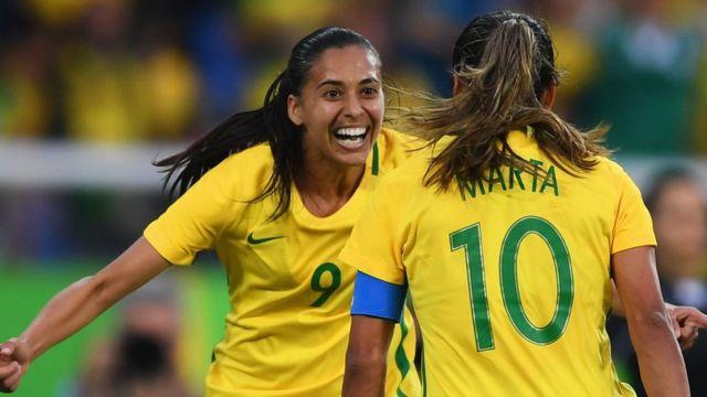 Jugadoras de Brasil celebran un gol