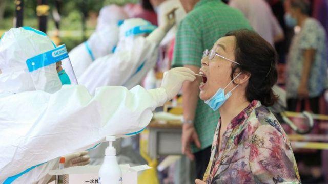 Một phụ nữ lấy xét nghiệm Covid-19 tại Nam Kinh ngày 29/7.