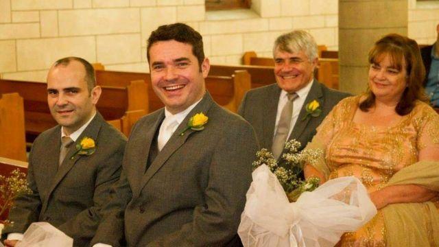 Francisco, Basílio, Charmagne e Shaul Gonçalves sentam-se na igreja, claramente casados