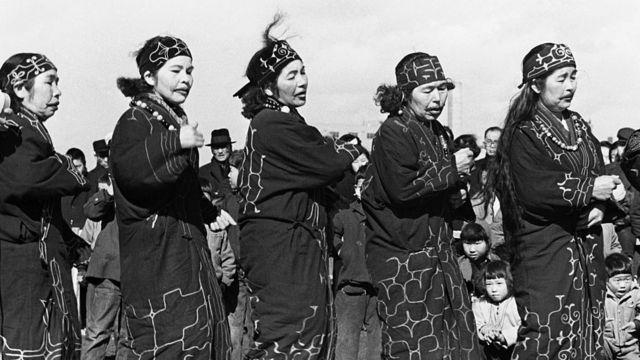 1950 yılında çekilen bu fotoğrafta Aynu kadınlar dans ediyor