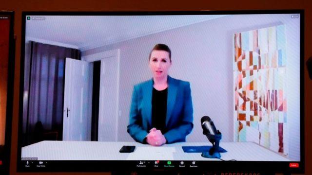 La primera ministra de Dinamarca, Mette Frederiksen, aparece en una pantalla para dar una actualización sobre la infección por coronavirus mutado en granjas de visones, el 4 de noviembre de 2020.