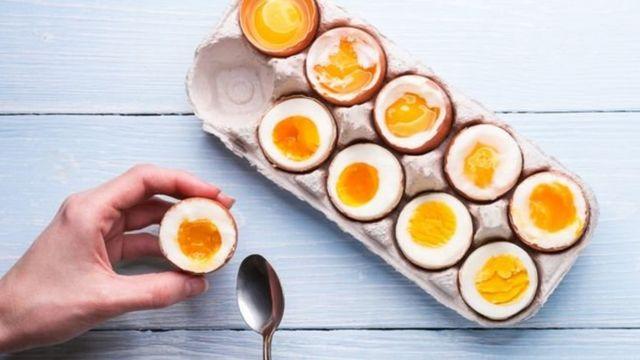 یک شانه تخممرغ پخته شده