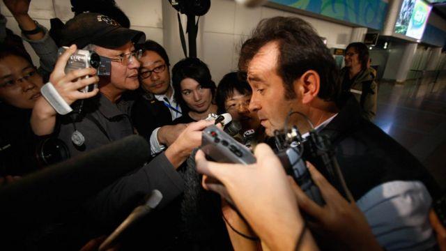 2009년 4월 북한 핵시설 시찰을 마치고 취재진과 얘기하는 IAEA 사찰관. 북한은 이후 IAEA 사찰관을 허용하지 않았다