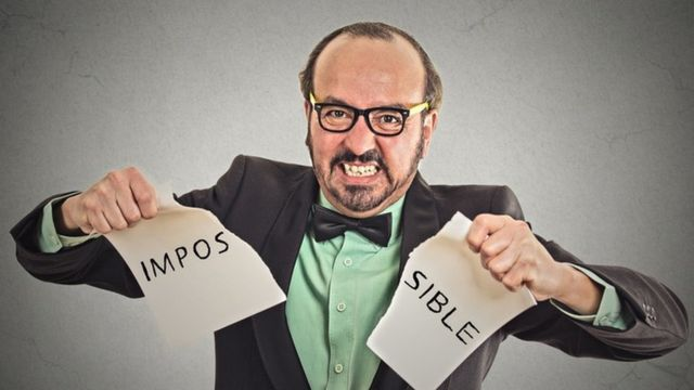"Un jefe rompiendo un papel que dice ""imposible"""