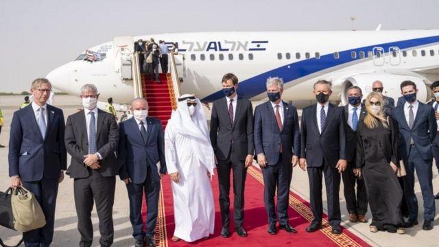 Representantes de EUA, Israel e Emirados Árabes no primeiro voo entre os dois países do Oriente Médio, como parte do acordo mediado pelo governo americano
