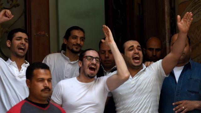 Mohamed Hassanein (kaus putih di kanan), suami Aya Hijazi, dan koleganya merayakan keputusan bebas.