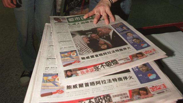 香港地铁香港站乘客领取香港《都市日报》创刊号(15/4/2002)