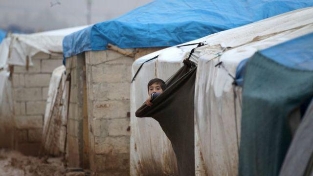 Criança em campo para refugiados próximo à fronteira entre Síria e Turquia