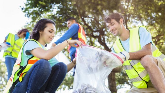 Jóvenes reciclando