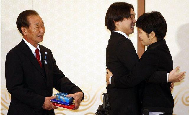 Shigeo Iizuka, Koichiro Iizuka y Kim Hyun-hui en 2009