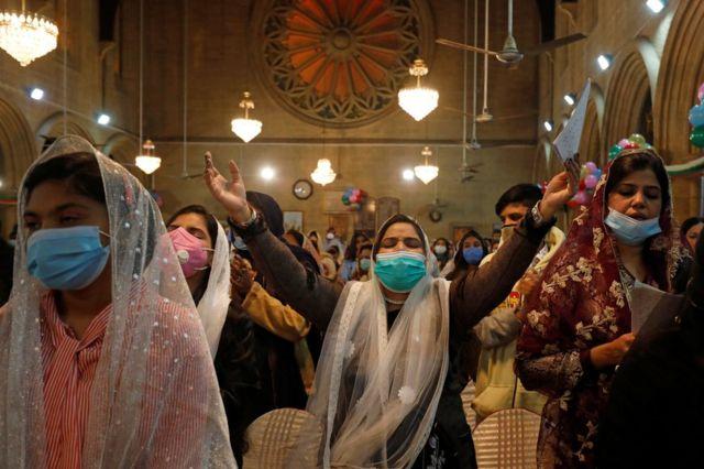این زنان در کلیسای سن اندروز در شهر کراچی پاکستان، در سکوت نیایش کردند