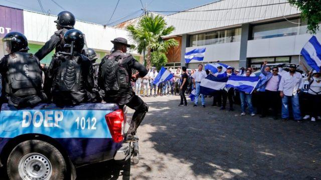 Policías llegan a una concentración en conmemoración del primer aniversario de la protesta.