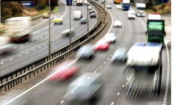 Autoput pun vozila, zamagljena fotografija