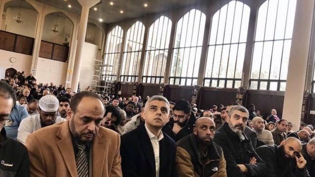 صديق خان، عمدة لندن، في المسجد عقب الهجوم