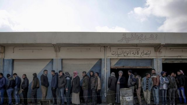 لاجئون من الموصل ينتظرون في طابور في إطار التدقيق الأمني الذي تطبقه القوات العراقية حتى لا يندس بين السكان عناصر الدولة الإسلا