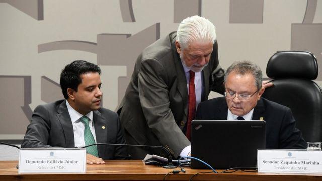 Três parlamentares em reunião da comissão