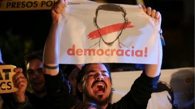 Centenares de independentistas se congregaron frente al Parlamento catalán para reclamar por el encarcelamiento de los exconsejeros del gobierno de la comunidad.