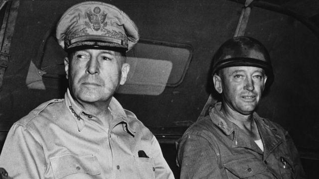 El general MacArthur, con otro militar, a bordo de un jeep.