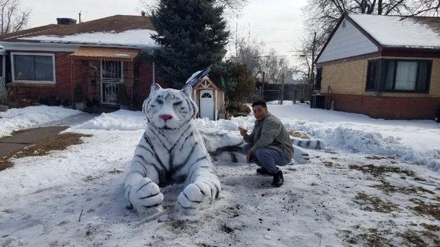 تمثال نمر مصنوع من الثلج