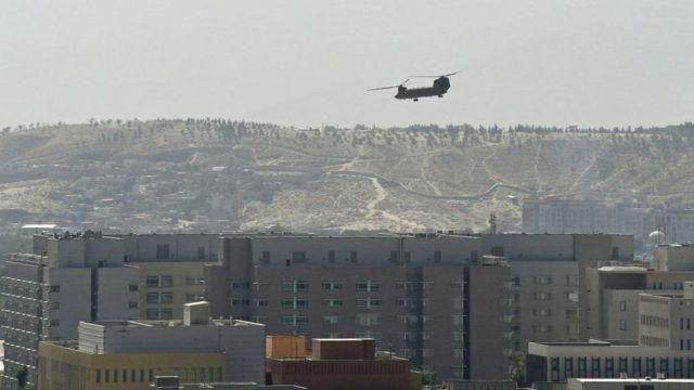 این هلیکوپتر در حال فرود روی پشتبام سفارت آمریکا در کابل است