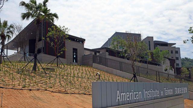 """""""美國在台協會""""新館位於山丘上,後有山壁阻擋。"""