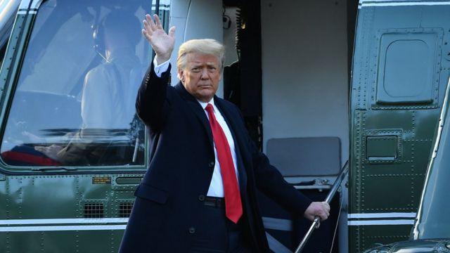 """دونالد تراپ صبح چهارشنبه با هلی کوپتر ریاست جمهوری کاخ سفید را ترک کرد و بعد با هواپیمای """"ایر فورس وان"""" به فلوریدا پرواز کرد"""