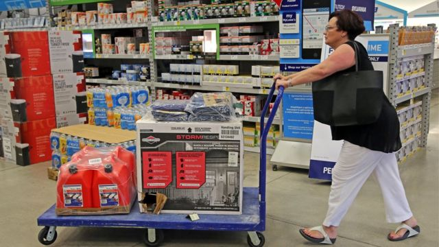 Una residente de Florida compra una planta eléctrica.