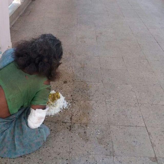रांची के रिम्स अस्पताल में फ़र्श पर परोसा गया खाना खाती महिला मरीज़.