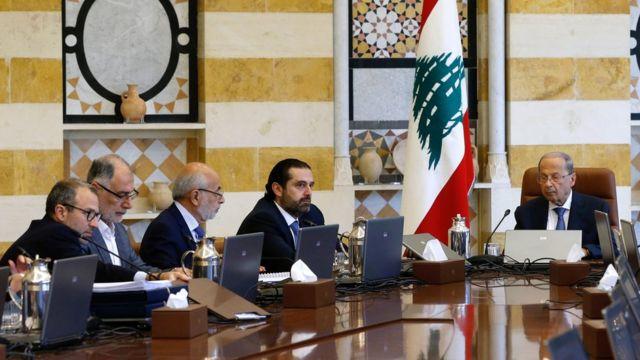El presidente de Líbano, Michel Aoun (der.) en reunión de gabinete, el lunes 21 de octubre de 2019