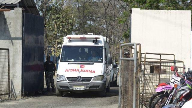 Una ambulancia saliendo del centro penitenciario