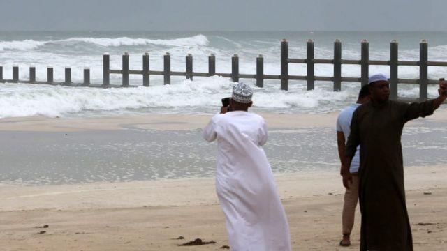 ઓમાનના સલાલાહ દરિયા કિનારે નાગરિકો