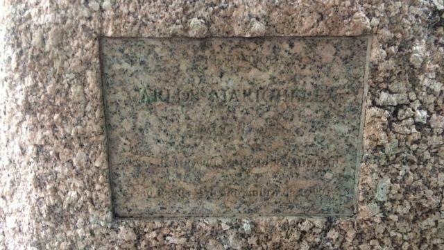 Pedra em homenagem a Marighella