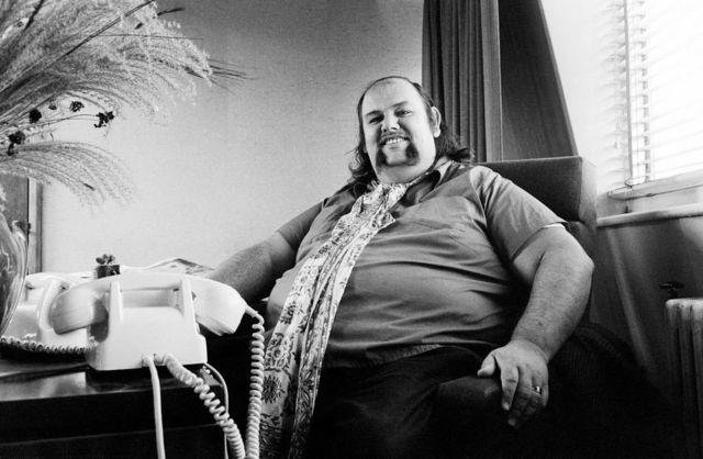 Менеджер Led Zeppelin Питер Грант придерживался жесткой политики в отношении паблисити для группы - никаких фотографий музыкантов на обложках пластинок, никаких синглов и минимум интервью