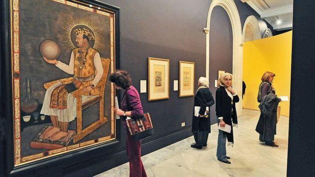 મોગલ શાસકનું ચિત્ર નિહાળી રહેલી મહિલાનો ફોટોગ્રાફ