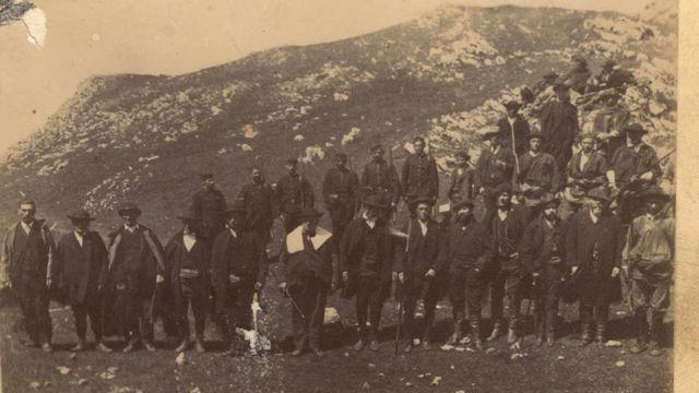 Esta imagen del siglo XIX muestra que los atuendos de los participantes eran similares a los de ahora.