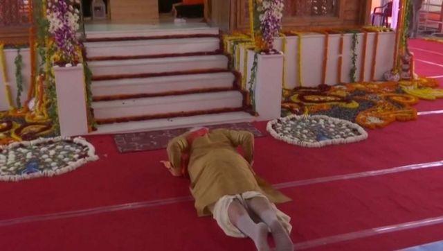 குழந்தை ராமர் சிலை முன்பு விழுந்து வணங்கும் பிரதமர் நரேந்திர மோதி.