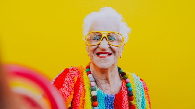 Mulher idosa de olhos fechados com rosto feliz