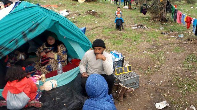 Семья беженцев в лагере Мориа на острове Лесбос