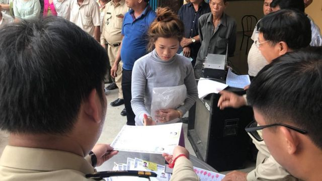 Một người gốc Việt nhận Giấy chứng nhận Ngoại Kiều và Thẻ vàng Ngoại kiều Thường Trú