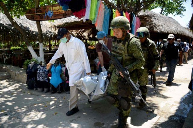 Militares transportan un cadáver en Acapulco.