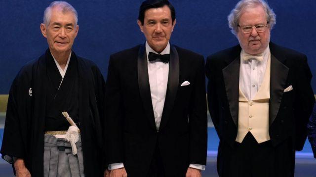 La foto tomada el 18 de septiembre de 2014 muestra al expresidente de Taiwán, Ma Ying-jeou (centro), posando con los ganadores del Premio Tang 2014, entre ellos Tasuku Honjo (izquierda) de Japón y James P Allison (derecha) de Estados Unidos.