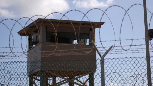 关塔那摩湾海军基地内,一名士兵正在一座看守三角洲营(Camp Delta)的哨所内站岗