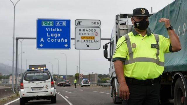 Une garde civile espagnole contrôle un poste de contrôle sur l'autoroute entre les régions de Galice et des Asturies à Ribadeo le 6 juillet 2020