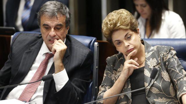 Dilma Rousseff e Eduardo Cardozo durante julgamento do impeachment no Senado