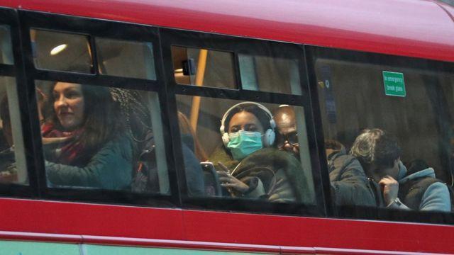 یک مسافر اتوبوس در بریتانیا ماسک زده است