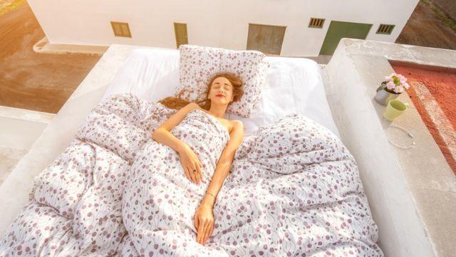 Lo mejor es despertarse espontáneamente o que nuestro despertador imite el efecto de la luz.