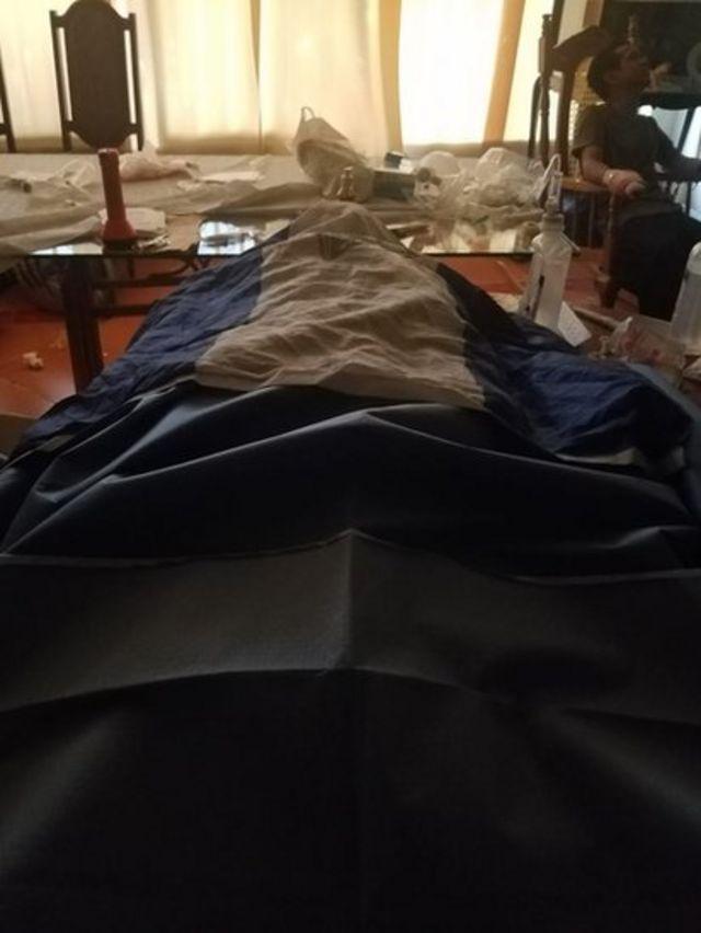 El cuerpo de Gerard Chávez cubierto con una bandera nicaragüense dentro de la iglesia.